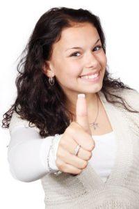 dívka ukazující palec nahoru - jsi dost dobrá
