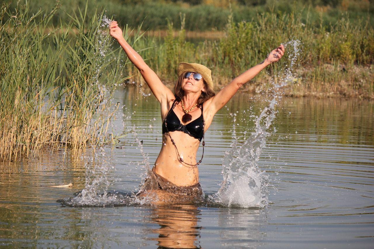 žena vplavkách se raduje vrybníce