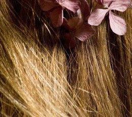 Blond vlasy s květinou - I vlasy vás můžou katapultovat do přítomného okamžiku