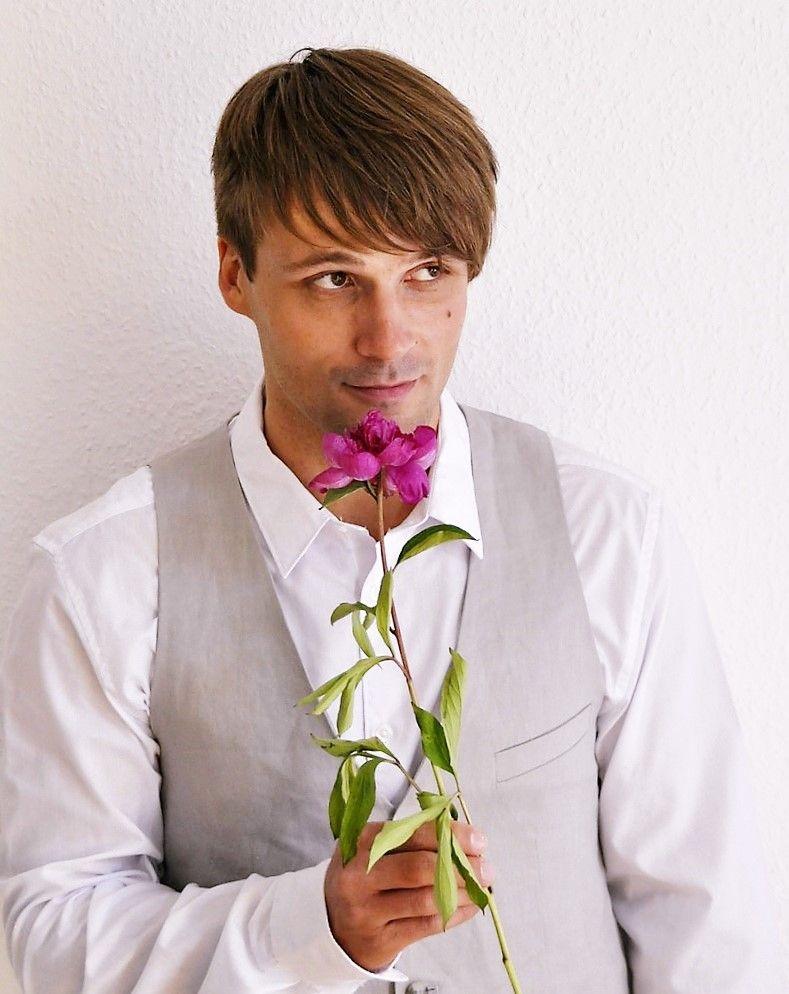 Atraktivní můž může nosit květiny právě vám