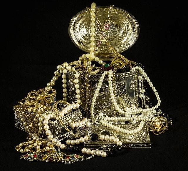 šperky ve zlatých šperkovnicích nejsou skutečný poklad