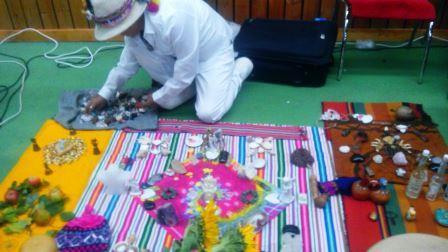 šaman Don Sergio připravuje minerály adalší předměty nameditaci