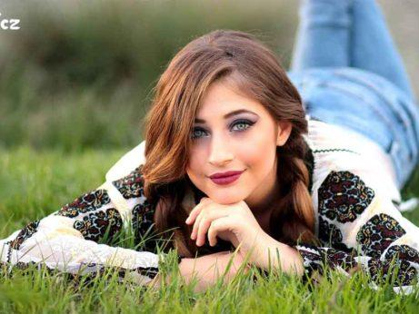 Usměvavá dívka pochopila, že nemá co závidět, tak relaxuje