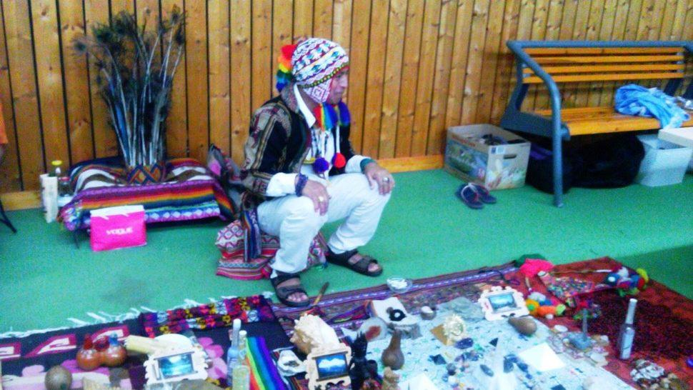 andský šaman Don Sergio před rituálem hojnosti, zaním čelenka spavími pery